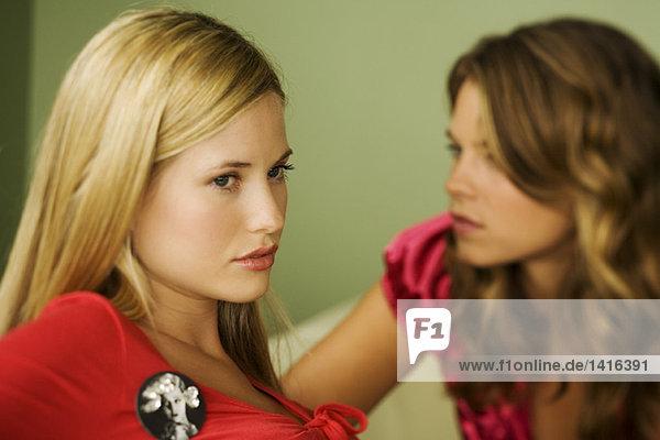 Portrait von 2 jungen Frauen