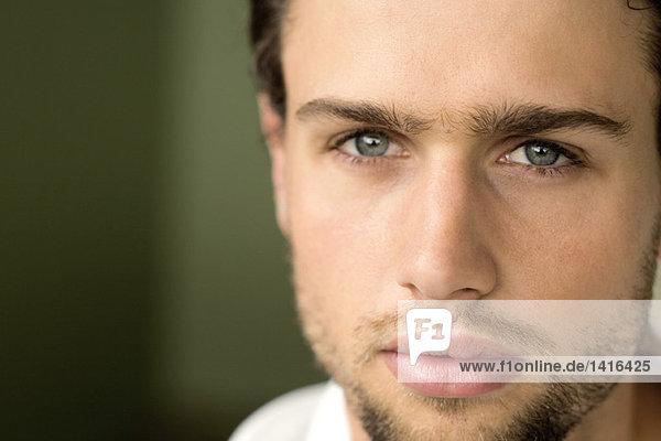 Porträt eines jungen Mannes mit Blick auf die Kamera