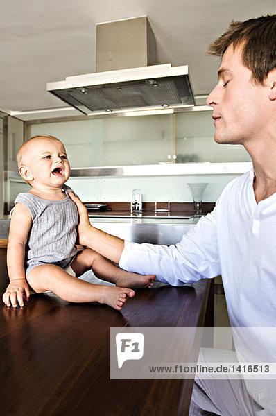 Vater und Sohn in der Küche  drinnen