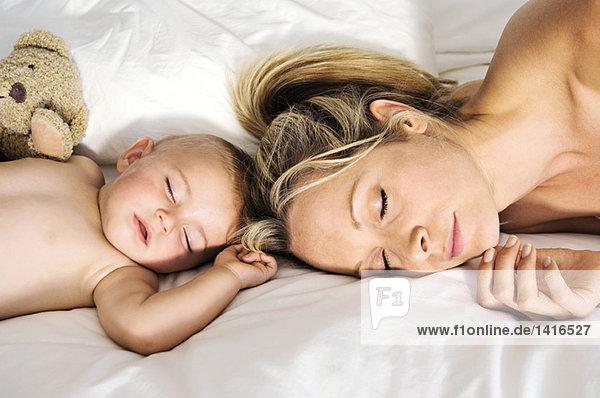 Porträt eines Babys und einer schlafenden Mutter  drinnen