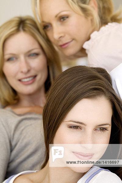 Drei denkende Frauen  drinnen
