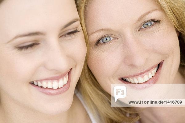 Porträt von zwei lächelnden Frauen  drinnen