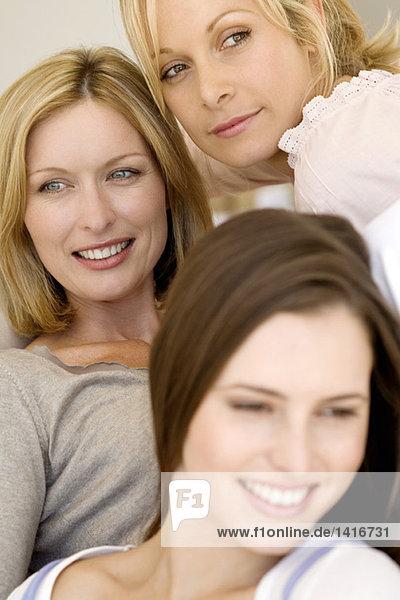 Drei lächelnde Frauen  drinnen