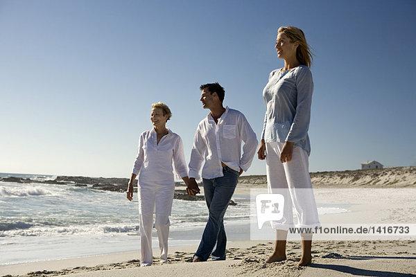 Ehepaar und Seniorin am Strand