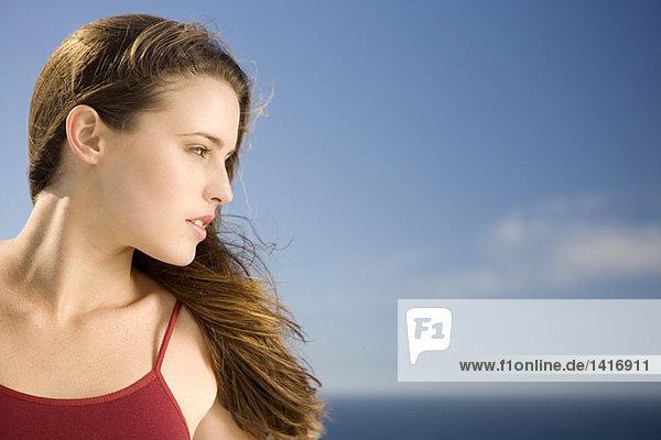 Porträt einer jungen Frau  Profil  im Freien