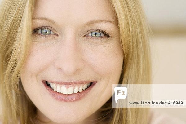 Porträt einer jungen lächelnden Frau