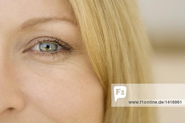 Junge Frau schaut in die Kamera  Nahaufnahme des Auges