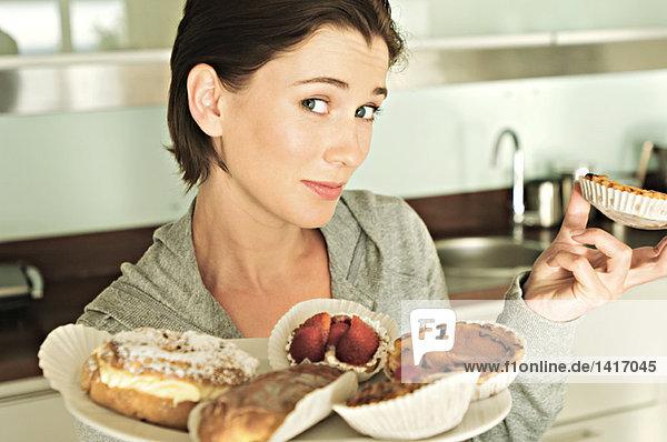 Junge Frau mit Kuchen