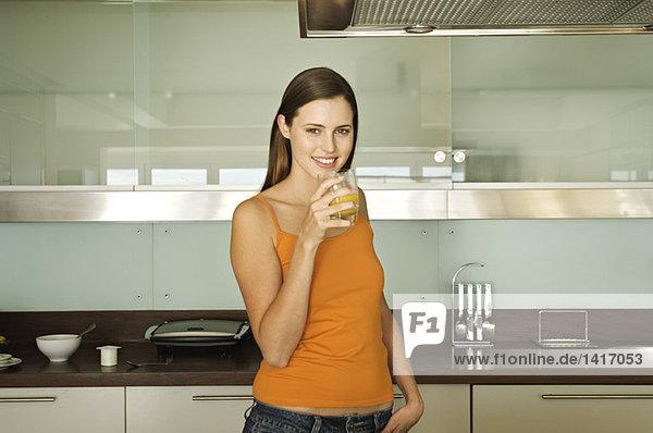 Junge Frau mit einem Glas Orangensaft