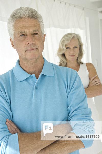 Paar mit gekreuzten Armen  Blick auf die Kamera