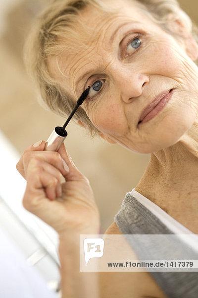 Seniorin mit Wimperntusche