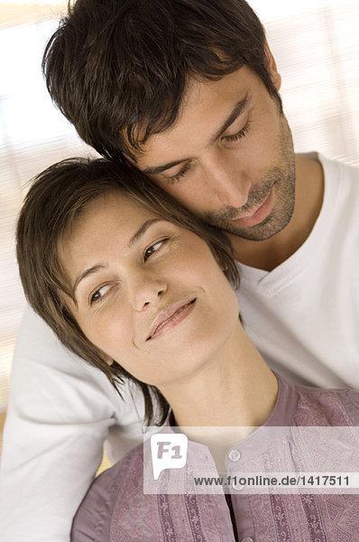 Porträt des umarmenden Paares