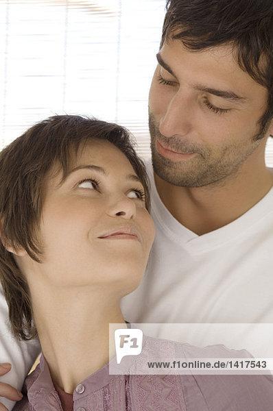 Porträt eines umarmenden Paares  das sich gegenseitig ansieht.