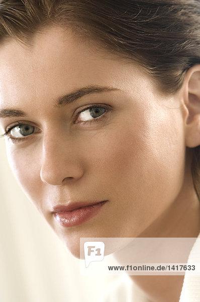 Porträt einer jungen Frau  die vor der Kamera lauert