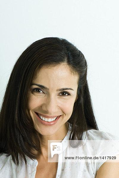 Frau lächelt Kamera  Kopf und Schultern  Porträt