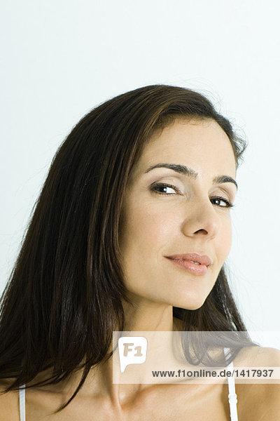 Frau mit seitlichem Blick  Kopf und Schultern  Portrait