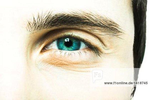 Auge des jungen Mannes  extreme Nahaufnahme