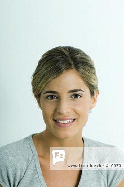 Frau  lächelnd vor der Kamera  Porträt
