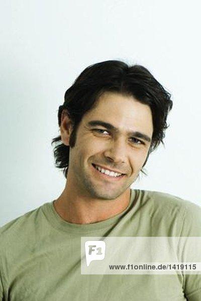 Mann  lächelnd vor der Kamera  Porträt