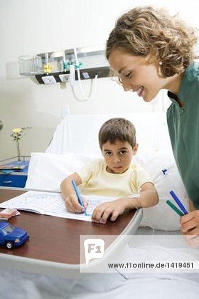 Junge im Krankenhausbett liegend  färbend