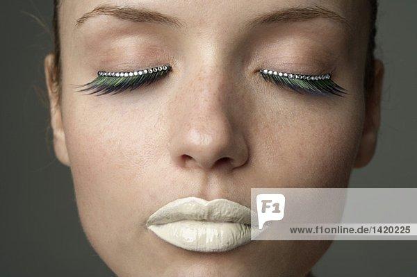 Junge Frau mit silbern geschminkten Lippen - Trend - Makeup  fully_released mund