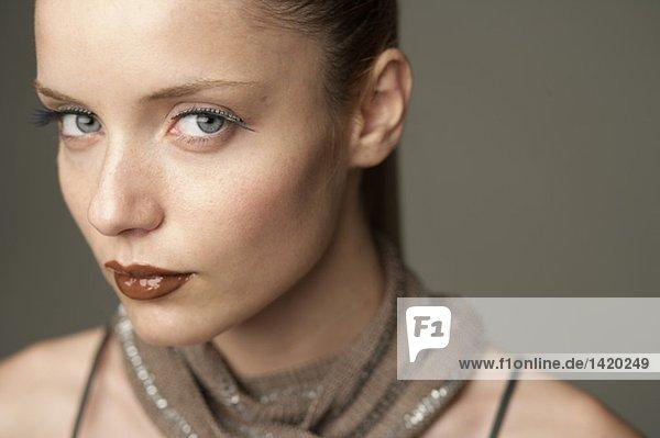 Junge Frau blickt in die Kamera  Porträt  fully_released
