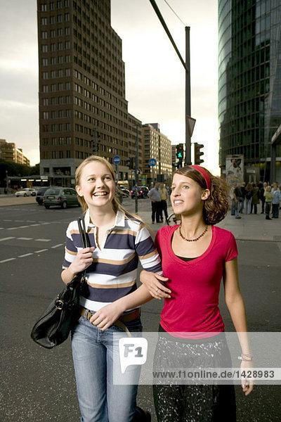 Zwei Freundinnen  die in der Stadt spazieren gehen.