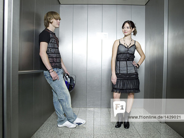 Junges Paar im Aufzug stehend
