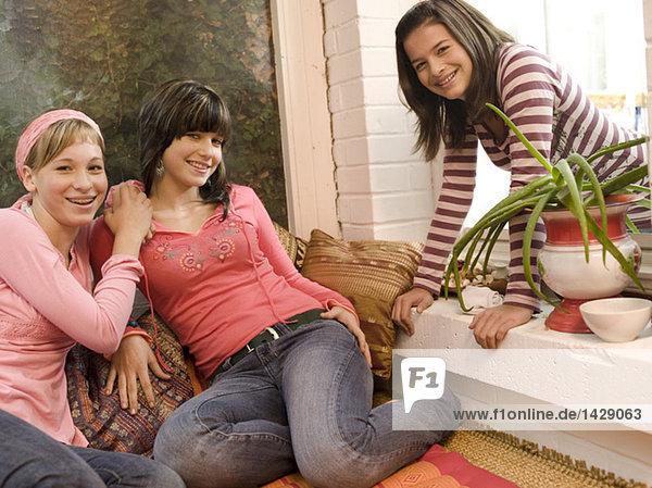 Freundinnen zu Hause  in die Kamera schauen  lächeln