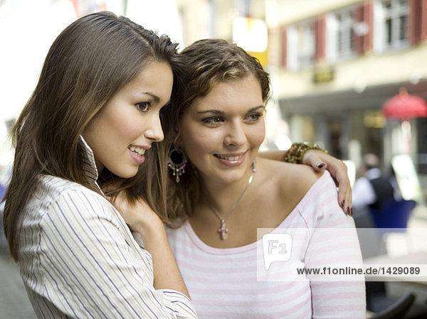 Zwei junge Frauen auf der Straße  Porträt
