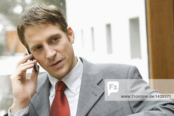 Geschäftsmann mit seinem Handy