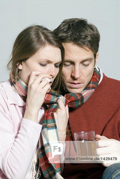 Junges Paar mit einem kalten Tee