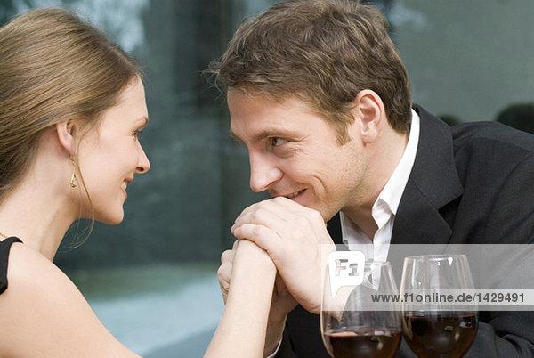 Mann küsst auf die Hand der Frau