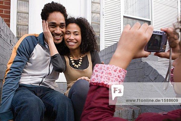 Mädchen beim Fotografieren von Vater und Mutter