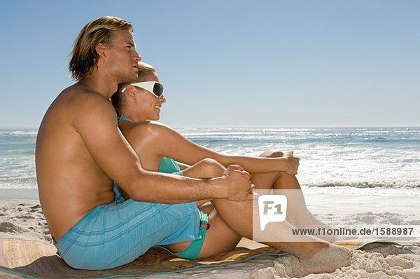 Paar am Strand gesessen