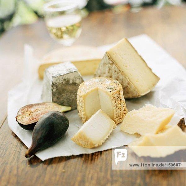 Fünf verschiedene Arten von Käse und eine frische Feige.