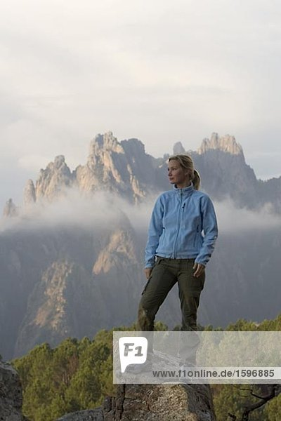 Eine Frau auf einem Berg auf Korsika.