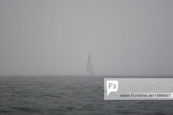 Ein Segelboot in Nebel. Ein Segelboot in Nebel.