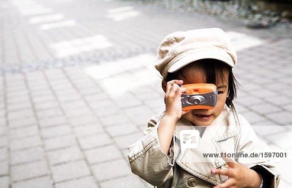 Ein kleines Mädchen fotografieren.