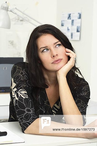 Eine Frau in einem Büro.