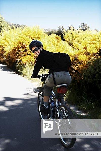 Eine Frau mit dem Fahrrad in Lake District Patagonien Argentinien.