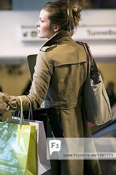 Frau trägt Einkaufstaschen Stockholm Schweden.