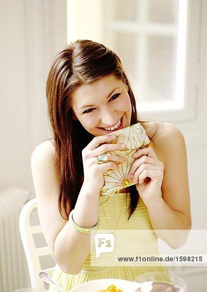 Eine Lächelnde Frau mit einer Serviette bei einem Abendessen Schweden.