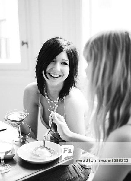 Zwei skandinavischen lächelnd Frauen bei einem Abendessen Schweden.