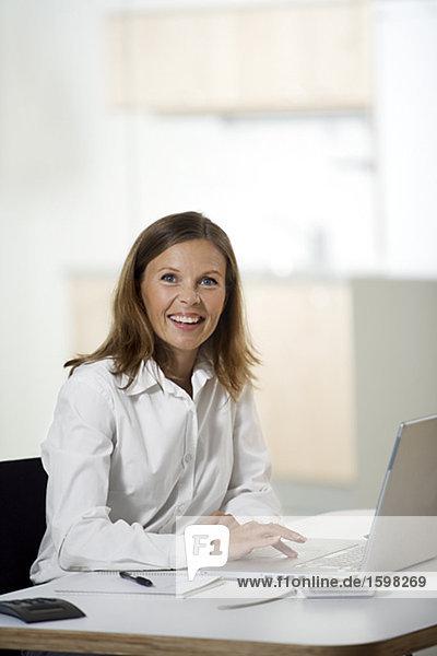 Eine Frau in einem Büro arbeiten.