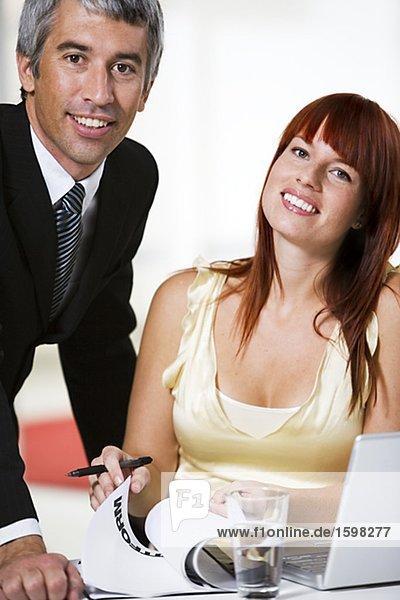 Eine Frau und ein Mann in einem Büro.
