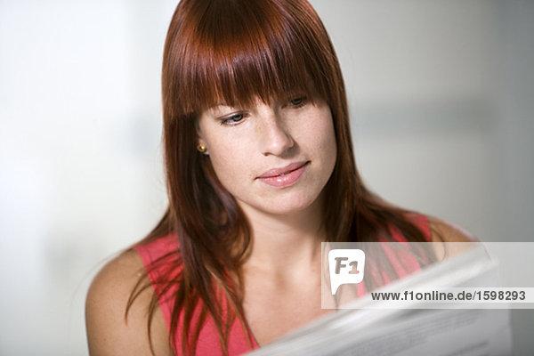 Eine Frau ein Papier in einem Büro zu lesen.