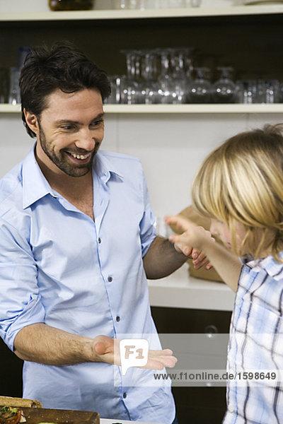 Vater und Sohn in einer Küche.