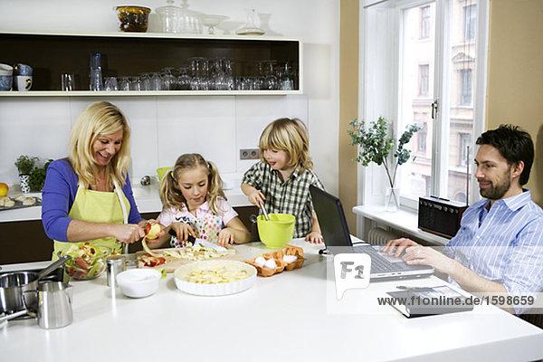 Eine Familie in einer Küche.