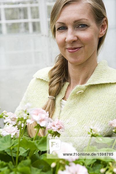 Portrait of a smiling Woman mit Blumen.
